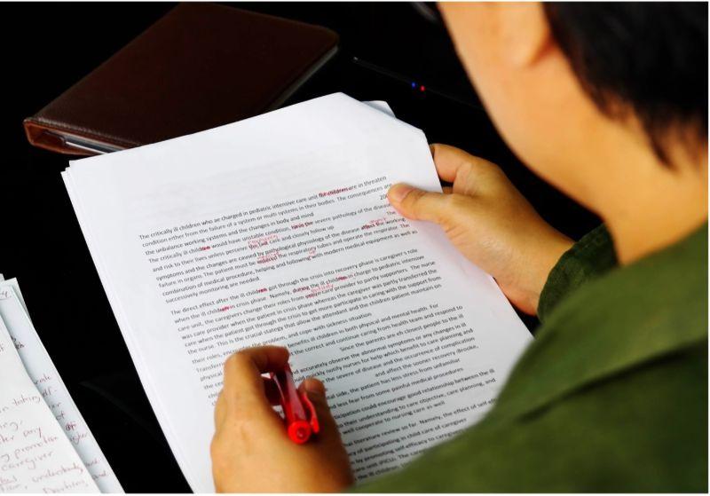 proofreading-over-shoulder-red-pen-min